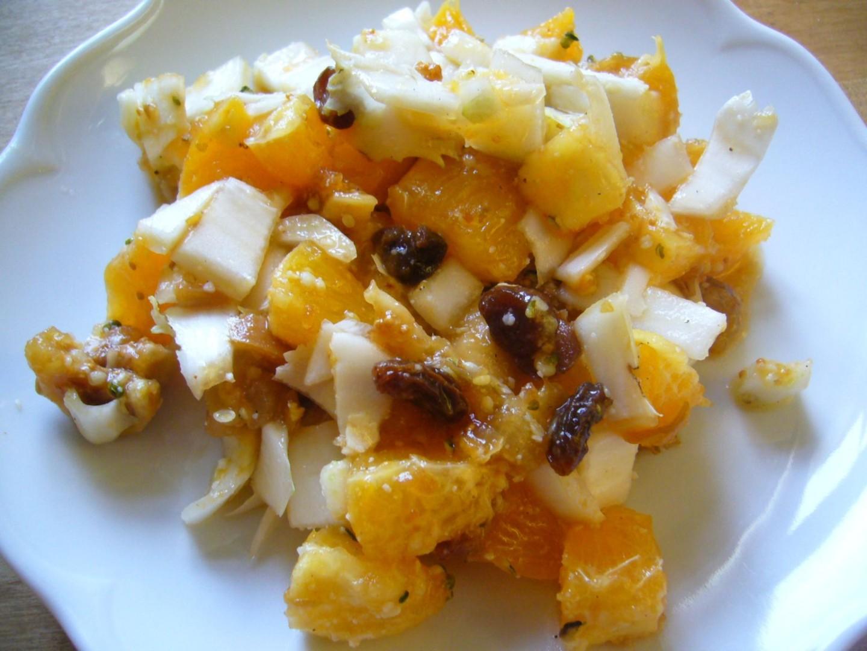Orangensalat mit Trockenfrüchten und Gewürzen